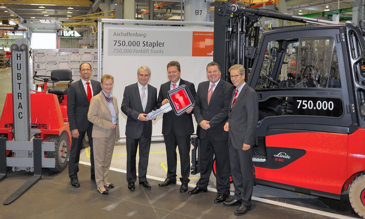 Linde Material Handling отпразнува излизането от производство на 750 000-ната си машина.